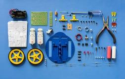 Den flyg- sikten av elektronik bearbetar utrustningar på blå bakgrund royaltyfria foton