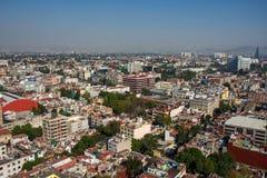 Den flyg- sikten av en grannskap kallade Colonia Juarez i Mexico - staden, Mexico, på en solig morgon med någon ogenomskinlighet arkivfoto