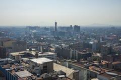 Den flyg- sikten av en grannskap kallade Colonia Juarez i Mexico - staden, Mexico, på en solig morgon med någon ogenomskinlighet royaltyfri bild