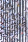 Den flyg- sikten av en japansk fot- passage i Tokyo målade med vita band på den svarta asfalten som användes av trafiken av bilar royaltyfri fotografi
