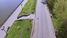 Den flyg- sikten av en stad parkerar och sjön Folket som det har, vilar utomhus stock video