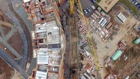 Den flyg- sikten av en stor konstruktionsplats med många sträcker på halsen Sikt direkt från över lager videofilmer