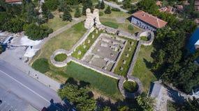 Den flyg- sikten av fördärvar av den medeltida fästningen Kastra Martis, Bulgarien royaltyfri bild
