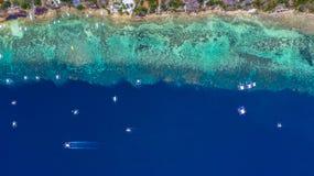 Den flyg- sikten av filippinska fartyg som ?verst sv?var av klart bl?tt vatten, Moalboal ?r ett djupt rent bl?tt hav och har m?ng arkivfoto