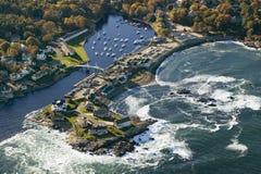 Den flyg- sikten av fiskebåtar ankrade i Perkins Cove, på kust av Maine söder av Portland Arkivbild