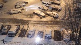 Den flyg- sikten av folk som går på kall häftig snöstormsnö, övervintrar stock video
