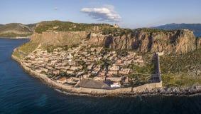 Den flyg- sikten av den forntida backestaden av Monemvasia lokaliserade i den sydöstliga delen av den Peloponnese halvön Arkivbild