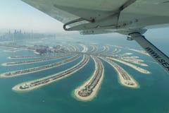 Den flyg- sikten av gömma i handflatan Jumeirah, Dubai Royaltyfria Bilder