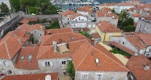 Den flyg- sikten av den gamla staden Budva, röda tak av dess stenhus i den traditionella Balkanen utformar lager videofilmer