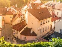 Den flyg- sikten av gammalt medeltida begränsar den lappade gatan och små forntida hus av Novy Svet, det Hradcany området, Prague arkivbilder
