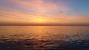 Den flyg- sikten av guld- soluppgång över den havsvattnet och krusningen vinkar lager videofilmer