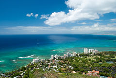 Den flyg- sikten av Honolulu och Waikiki sätter på land från Diamond Head Arkivfoto