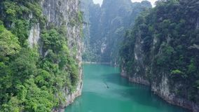 Den flyg- sikten av kalksten vaggar resning från vatten Bästa sikt av berg i Khao Sok National Park på Cheow Lan Lake stock video