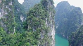 Den flyg- sikten av kalksten vaggar resning från vatten Bästa sikt av berg i Khao Sok National Park på Cheow Lan Lake