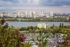 Den flyg- sikten av den Kiev staden från en observationspunkt över den Dnieper floden med järnvägsbron seglar på hytten och den n Royaltyfri Fotografi