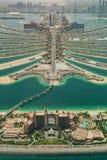 Den flyg- sikten av konstgjort gömma i handflatan ön i Dubai Arkivbild