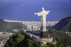 Den flyg- sikten av Kristus och Botafogo skäller från hög vinkel i Rio de Janeiro Royaltyfria Bilder