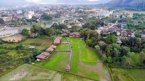 Den flyg- sikten av lantg?rdf?lt och vaggar bildande i Vang Vieng, Laos Vang Vieng är en populär destination för affärsföretag lager videofilmer