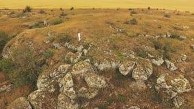 Den flyg- sikten av mannen som övar på den stora guld- stenen, vaggar lager videofilmer