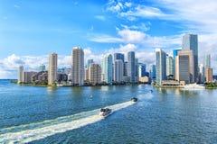 Den flyg- sikten av Miami skyskrapor med blå molnig himmel, fartyg seglar Royaltyfri Bild