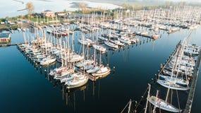 Den flyg- sikten av modern stor lyx seglar i havsporten i franc royaltyfria bilder
