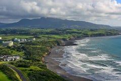 Den flyg- sikten av nya Plymouth och kustlinjen från Paritutu vaggar i Nya Zeeland royaltyfri bild