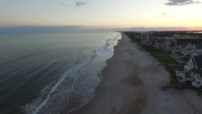 Den flyg- sikten av oceanfronten för strandhus och andelsfastighetpå norr Topsail sätter på land, NC lager videofilmer