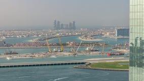 Den flyg- sikten av Palm Jumeirah mannen gjorde ön från JBR-område för solnedgångtimelapse Dubai UAE lager videofilmer