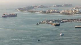 Den flyg- sikten av Palm Jumeirah mannen gjorde ön från JBR-område för solnedgångtimelapse Dubai UAE arkivfilmer