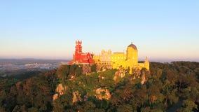 Den flyg- sikten av parkerar och den nationella slotten av Pena, Portugal arkivfilmer