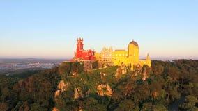 Den flyg- sikten av parkerar och den nationella slotten av Pena, Portugal stock video
