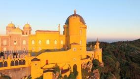 Den flyg- sikten av parkerar och den nationella slotten av Pena, Portugal lager videofilmer