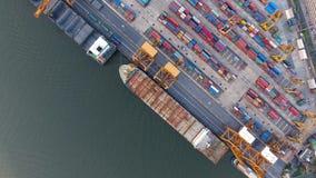 Den flyg- sikten av skepp och att lyfta för behållare sträcker på halsen i porten av Bangkok lager videofilmer