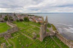 Den flyg- sikten av St Andrews Cathedral fördärvar Royaltyfri Bild