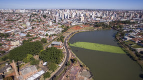 Den flyg- sikten av staden av Sao Jose gör Rio Preto i Sao Paulo in royaltyfria bilder