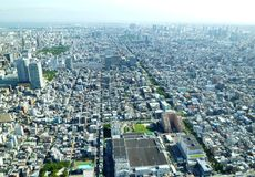 Den flyg- sikten av staden som togs i Japan, Tokyos trängde ihop det mycket härliga landskapet Royaltyfria Bilder