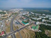 Den flyg- sikten av staden Ufa från floden, by, parkerar, planterar Arkivbilder