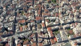 Den flyg- sikten av den stads- miljön med fyrkanten och parkerar, staden av Veria Grekland, flyttning framåtriktat med surret med