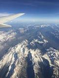 Den flyg- sikten av steniga berg och flygplanet påskyndar Arkivbilder
