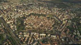 Den flyg- sikten av stjärnan formade gamla stadsväggar av Grosseto italy tuscany lager videofilmer