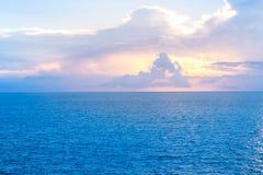 Den flyg- sikten av stranden med ljus solnedgång på full himmel och det härliga molnet Fotografering för Bildbyråer