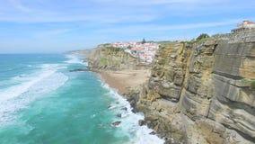 Den flyg- sikten av stranden och klippor bredvid Azenhas fördärvar byn stock video
