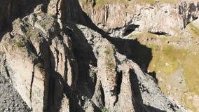 Den flyg- sikten av strukturerat vaggar med att smula skräp Cell- vaggar Stenrest av silikonträd Nordliga Ryssland arkivfilmer