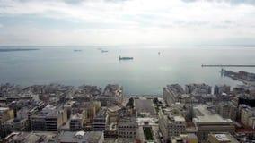Den flyg- sikten av den Thessaloniki staden vid havet, Grekland, flyttar sig framåtriktat med surret