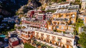Den flyg- sikten av den touristic staden, bergen och stranden, hotellen och restaurangerna, byggnader, affär turnerar, havsferier royaltyfri fotografi