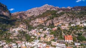 Den flyg- sikten av den touristic staden, bergen och stranden, hotellen och restaurangerna, byggnader, aff?r turnerar, havsferier arkivfoto