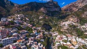 Den flyg- sikten av den touristic staden, bergen och stranden, hotellen och restaurangerna, byggnader, aff?r turnerar, havsferier arkivbild