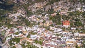 Den flyg- sikten av den touristic staden, bergen och stranden, hotellen och restaurangerna, byggnader, aff?r turnerar, havsferier royaltyfri bild