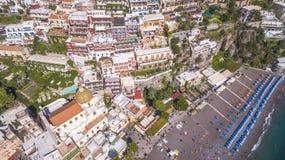 Den flyg- sikten av den touristic staden, bergen och stranden, hotellen och restaurangerna, byggnader, aff?r turnerar, havsferier royaltyfri fotografi