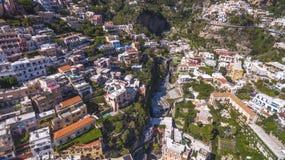Den flyg- sikten av den touristic staden, bergen och stranden, hotellen och restaurangerna, byggnader, aff?r turnerar, havsferier royaltyfria bilder